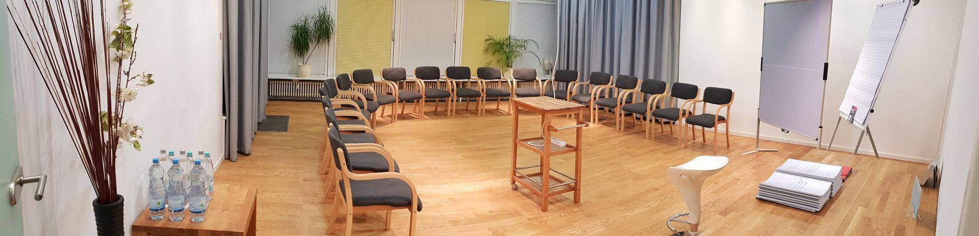 Seminar mit Stuhlkreis & Beamer